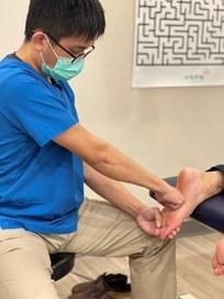 治療師利用肌筋膜放鬆術、筋膜刀治療使得足底筋膜恢復彈性